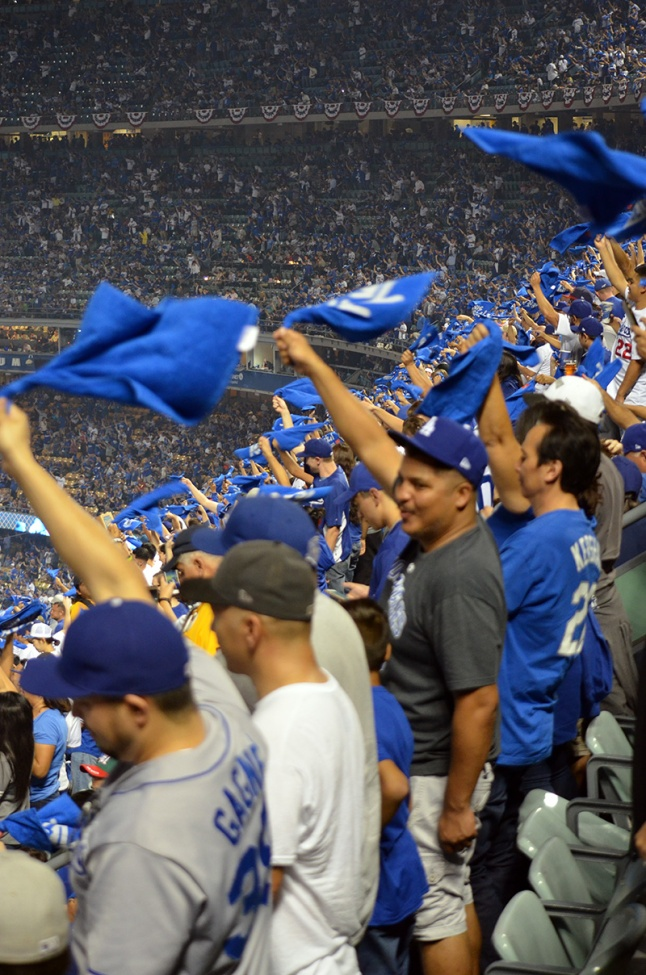 dodger-stadium-fans-cheering